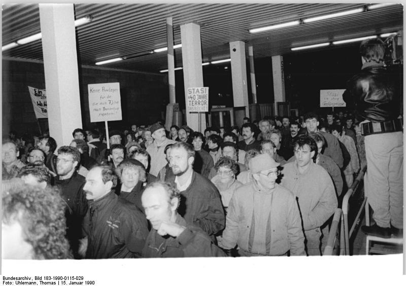 Foto von vielen Demonstrierenden, welche die Stasi-Zentrale in Berlin-Lichtenberg am 15. Januar 1990 stürmen