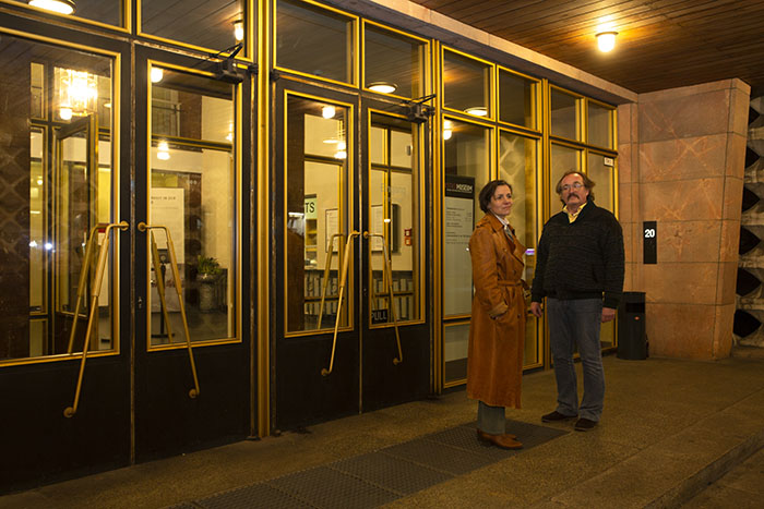 Foto von Julia und Heiko vor Haus 1 der ehemaligen Stasi-Zentrale in Berlin-Lichtenberg