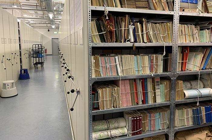 Foto von einem Raum im Stasi-Unterlagen-Archiv mit Schränken voller Akten