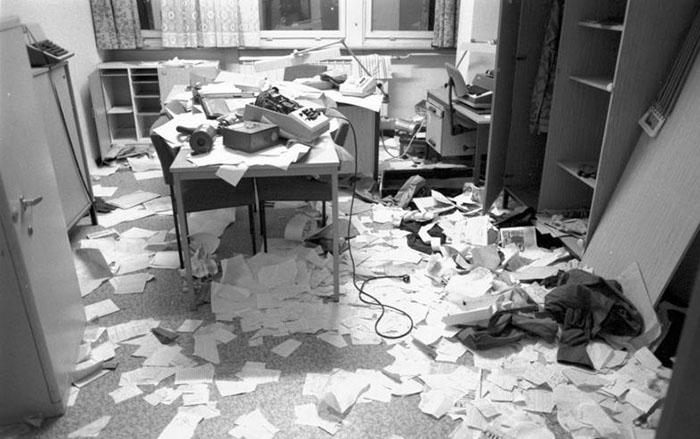 Ein verwüstetes Büro nach der Stürmung der Stasi-Zentrale am 15.01.1990