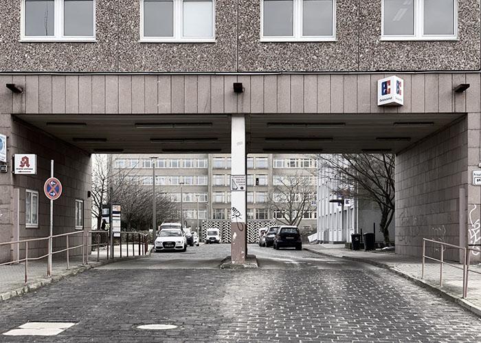 Foto vom Eingang zum Gelände der ehemaligen Stasi-Zentrale in Berlin-Lichtenberg